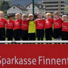 Sparkasse Finnentrop sponsert G-Jugend neuen Trikotsatz